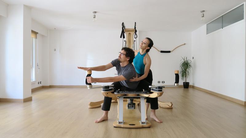 Un ejercicio en una clase de GYROTONIC